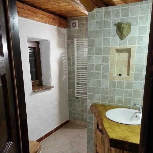 Lazienka z prysznicem na poziomie podlogi i deszczownica